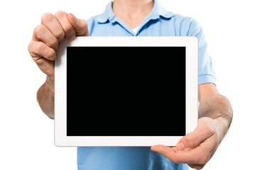 Junger Mann hält Tabletcomputer