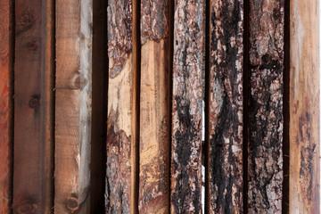 Holzscheiben senkrecht in einer Reihe