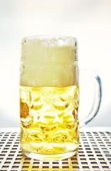 nicht korrekt gefüllter Masskrug Bier