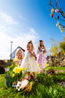canvas print picture - Kinder auf Ostereiersuche mit Osterhase an Ostern