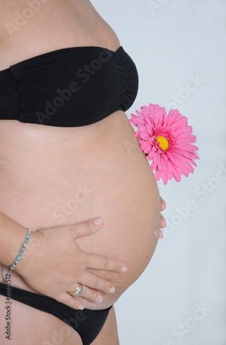 Primer plano de barriga de embarazada bonita