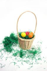 Osterkörbchen mit grünem Gras und Ostereier