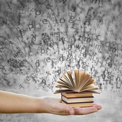 Concepto de educación y conocimiento con letras, mano y libros