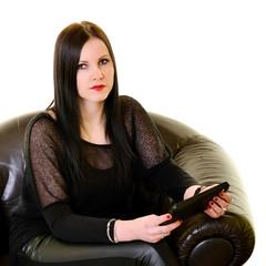 Jeune femme avec une tablette informati