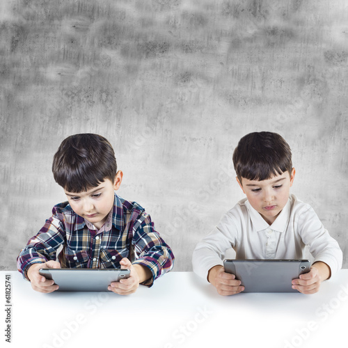 Niños jugando y comunicandose con tabletas digitales Плакат