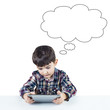 Niño usando una tableta digital y espacio para texto en blanco