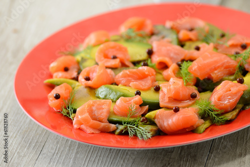 Piatto di avocado e salmone affumicato in insalata