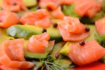Piatto di avocado e salmone affumicato in insalata