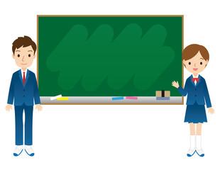 黒板の前に立つ学生