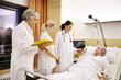 Krankenhaus Visite Patientin im Bett - 61840776