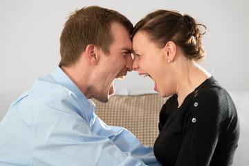 Junges Paar streitet