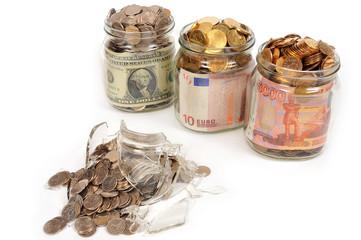 Банки с деньгами, рубли, доллары, евро.  Концепт
