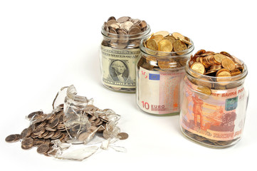 Банки с деньгами, рубли, доллары, евро. Маленький банк лопнул