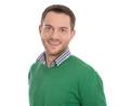 Portrait: Attraktiver lachender junger Mann in Grün isoliert