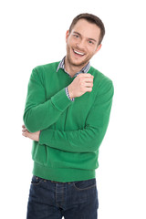 Lachender junger Mann isoliert in Pulli grün zum Frühling