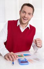 Lachender Geschäftsmann in Rot freut sich über den Erfolg