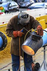 Arbeiter schweisst Gasleitung