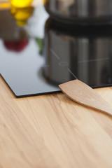 Kochlöffel liegt auf Cerankochfeld in Küche