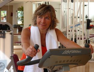 Ältere Frau beim Fitness