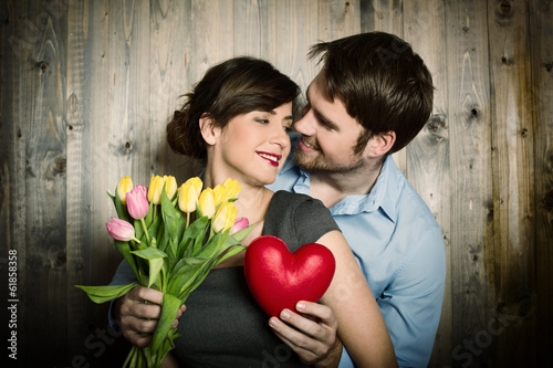 Mann und Frau mit Herz und Blumen