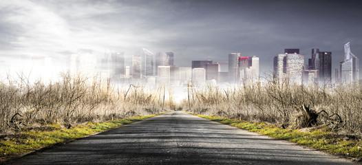 strada per la citta nella nebbia