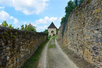 Impasse entre deux vieux murs