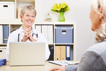 Ärztin redet mit Patientin in Sprechstunde