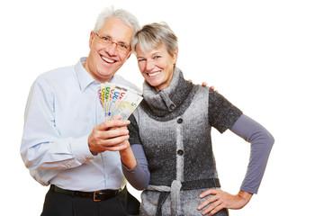 Paar Senioren hält Euroscheine
