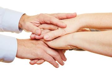 Hände von Senioren auf Stapel