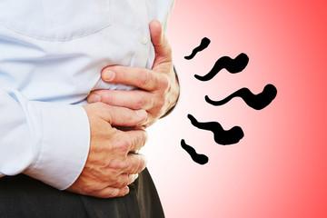 Mann mit Magenschmerzen