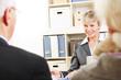 Paar Senioren redet mit Berater über Finanzen