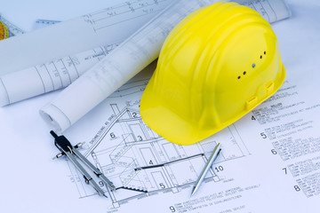 Hausplan mit Helm eines Bauarbeiters