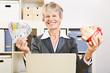 Seniorin im Büro mit Sparschwein und Geldscheinen