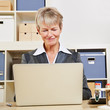 Geschäftsfrau arbeitet am Laptop im Büro