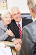 Paar Senioren holt Beratung bei Anwalt