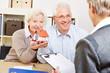 Paar Senioren bei Beratung für Hauskauf - 61868564