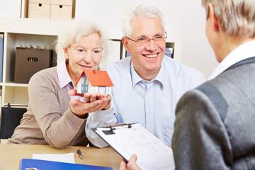 Paar Senioren bei Beratung für Hauskauf