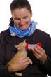 Frau füttert sein Katzenbaby mit einer Milchflasche