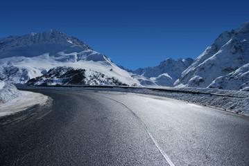 Route en virage dans les alpes
