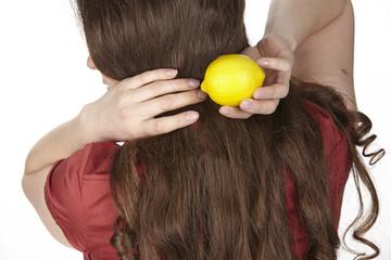Junge Frau mit einer Zitrone