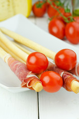 Breadsticks with cherry tomatoes and prosciutto