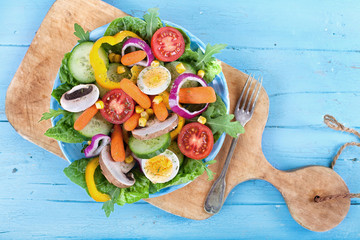 Fitness-Salat auf rustikalen Holz