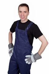 Mann in Arbeitskleidung stemmt die Hände in die Hüften