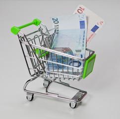 billet argent dans un caddie de magasin