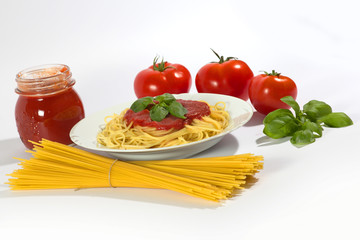 Pasta con ingredienti isolata su bianco