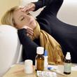 Frau mit Erkältung und Medikamenten