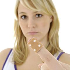 Frau mit Pflaster auf Finger-Verletzung