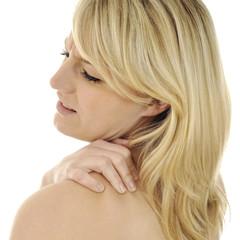 Frau mit Verspannung im Nacken