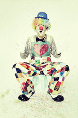 Staunender Clown wirft Konfetti
