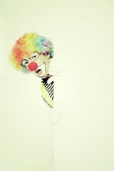 Staunender Clown mit Werbeschild